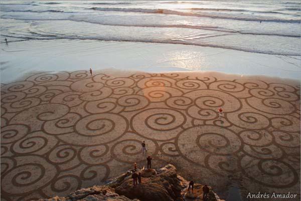 Andrés Amador http://www.andresamadorarts.com/ #beachart #sand #art