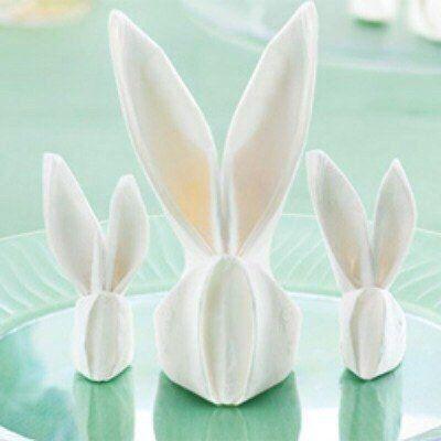 Wenn Sie schon keine Ideen für Tischdekoration haben, probieren Sie die Lotusblumen aus Servietten falten. Die Anleitung finden Sie auf folgende Seite.