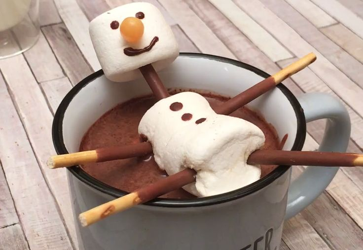 Alerte grand froid! Chocolat chaud maison & cocooning sont de rigueur  Ingrédients VANILLE 1 GOUSSE CRÈME FRAÎCHE 1 C. à S. LAIT CHAUD 1 L CANNELLE 1 C.à.C CHOCOLAT FONDU 100 G MARSHMALLOW MIKADO BONBON Recette Préparation du chocolat chaud Trancher dans le sens de la longueur et gratter avec la pointe du couteau, la gousse de vanille. Ajouter une grosse cuillère à soupe de crème fraîche épaisse. Verser le lait chaud sur la vanille et la crème fraîche. Ajouter la cannelle et le chocola...