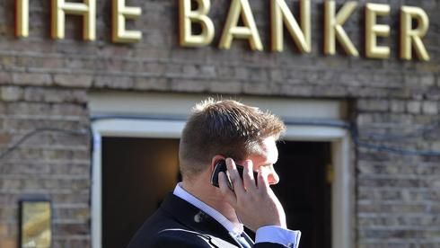 Das Vertrauen der Deutschen in ihre Bankberater sinkt weiter. Eine neue Studie zeigt: Bei der Kontowahl achten viele nur noch auf den Preis. Für Filialbanken ist das Ergebnis alarmierend. Der Preiswettbewerb im Kampf um die Privatkunden dürfte damit weiter zunehmen. Und die Kunden, mit denen die #Banken wirklich Geld verdienen können, sind knapp. #Finanzinstitute