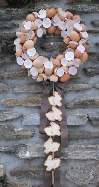 Eierschalenkranz, leider nur Foto; ausgewaschene Eierschalenhälften, Kranzrohling aus Styropor oder Stroh, Heißkleber