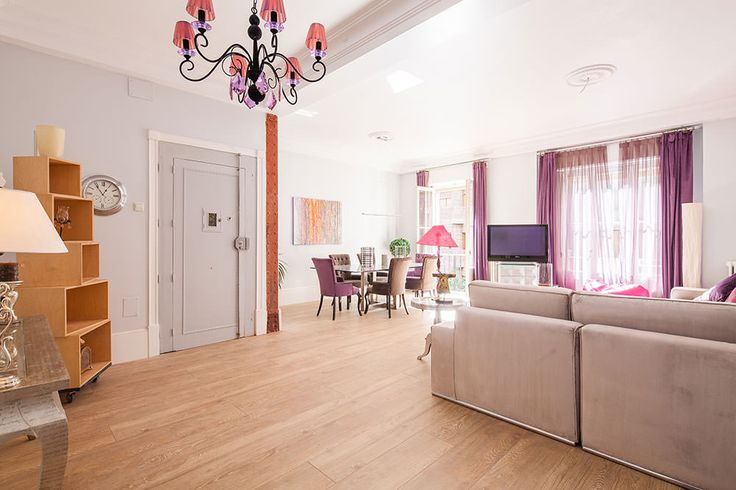 Este magnífico piso en pleno corazón del barrio Salamanca en Madrid, nos inspiró a hacer una de las mejores reformas integrales de una vivienda de 200 metros cuadrados, tratando de adecuar la distribución que ya tenía, a las necesidades del cliente de ampliar el espacio de los dormitorios y sobretodo del salón