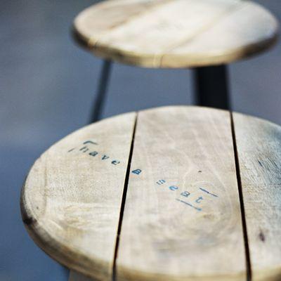 Les tabourets en bois de la cuisine chez My Little Paris