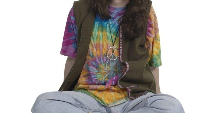La historia de la moda hippie de los 70'. La historia de la moda hippie de los 70' está definida por una actitud despreocupada y contestataria hacia la vida, el amor y la política. La moda estaba fuertemente influenciada por la musica folk y el rock and roll, así como por los artistas y animadores de la época. La moda hippie en los 70' reflejaba las actitudes y costumbres sociales que ...