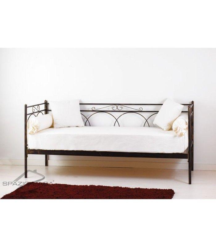 Divano letto in ferro battuto lavorato e decorato nei minimi dettagli, fornito comprensivo di struttura e rete ortopedica in legno di faggio a doghe (12 doghe)