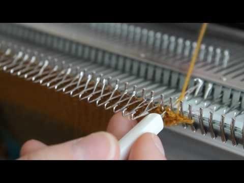 Первый ряд на одной фонтуре вязальной машине Silver reed. Наборный ряд с помощью вивинговых щеток на каретке. Быстрый и простой набор.