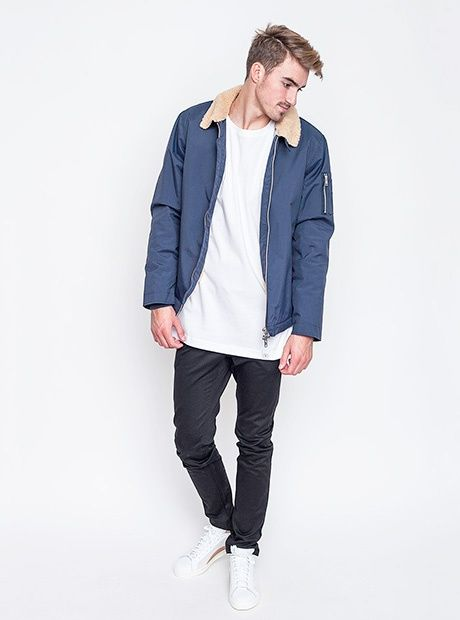 Minimalismus vévodí. Bunda Wemoto, triko Fresh Essential, kalhoty Wesc, boty Adidas Originals.