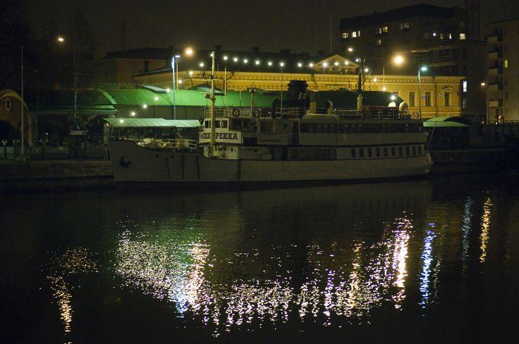 Risteilijä Ukkopekka iltavalossa - Aurajoki Turun keskusta