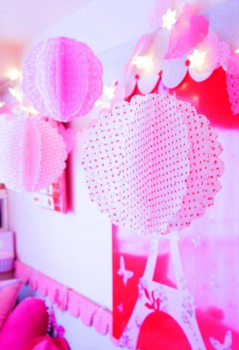 How to make lacepaper balls 「レースペーパーで・・・バレンタインシーズンな彩りをmamaごと♪」 :via MaMan* 朝時間.jp