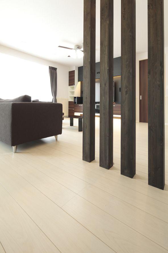 手前の4本の柱は構造材 敢えて見せることで リビングとダイニングを