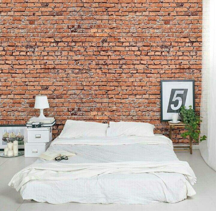 Culo a terra.  Camera bohemienne, letto bianco  muro in mattoni.   Modern Bedroom, White bed and bricked wall.