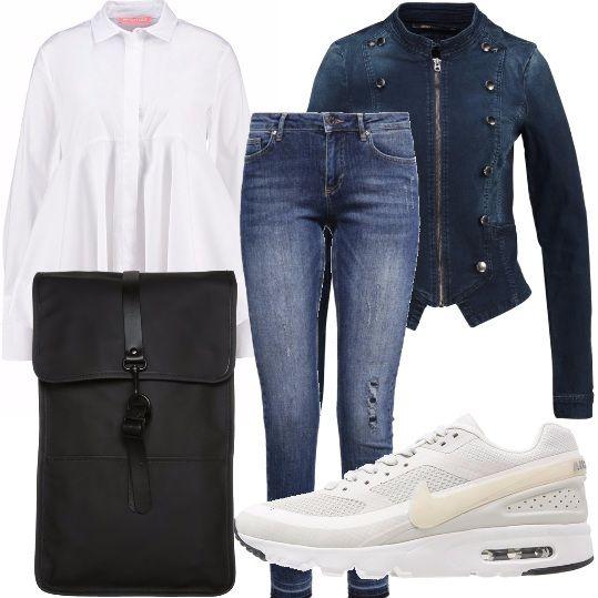 Jeans skinny lunghi fino alla caviglia, da portare con una camicia bianca ampia extra lunga con cucitura sul seno. Sneakers bianche in tessuto, giacca in jeans aderente corta con chiusura in cerniera. Zaino total black con chiusura magnetica.