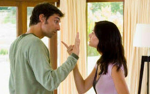 Sebuah KISAH Mengharukan, SEORANG ISTRI YANG Selalu MENGELUH SIFAT Suaminya Seseorang wanita yang baru saja menikah datang pada ibunya dan mulai mengeluh tentang tingkah laku pasangannya itu. Setelah menikah ia baru tahu karakter asli pasangannya yang keras kepala, suka bermalas-malasan, boros, dan lain-lain. Wanita ini berharap orang tuanya ikut mendukung dia menyalahkan suaminya itu. Namun dia sangat kaget karena saat itu sang ibu hanya diam saja… bahkan kemudian ibunya pergi ke dapur…