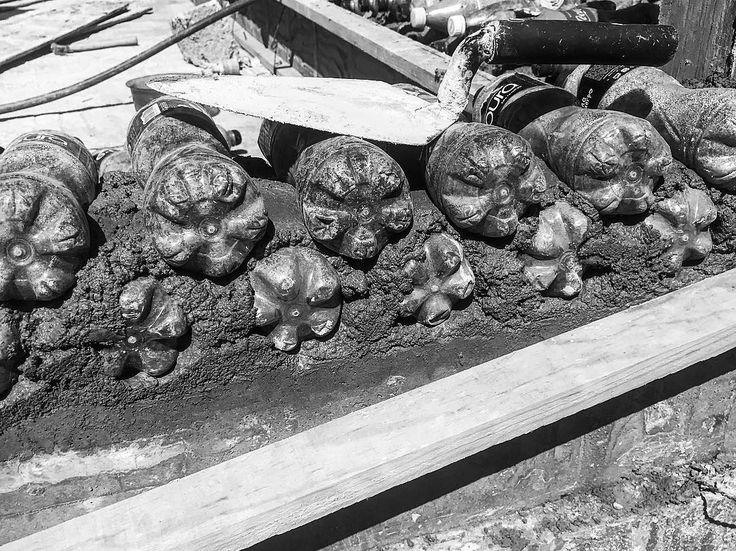 Reconstrucción. Casa Sustentable. . . . #teteladelvolcan #morelos #mexico #19s #PET #reciclando #sustentabilidad #construccionsustentable #unidospormorelos #adobe #clay #waterbottle #construction #green #greenfriendlyhomes