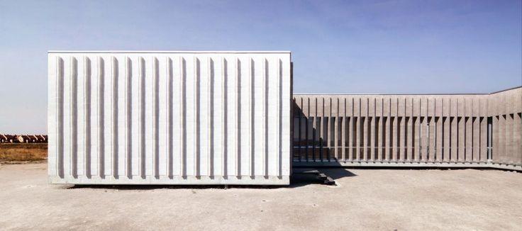 Estimulante uso del bloque de hormigón blanco basado en un sencillo e ingenioso aparejo estriado para crear un ritmo de claroscuros y profundidad en la fachada de la Residencia de Mayores de Aldeam…