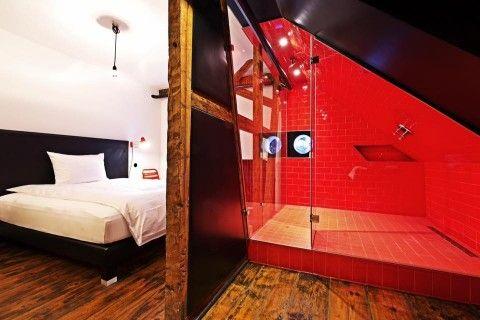 Ein Traum in ROT 😍 Unser #BAD mit Regenwalddusche im BlekLeRat-Zimmer @ Z Hotel Offenburg 💜💤