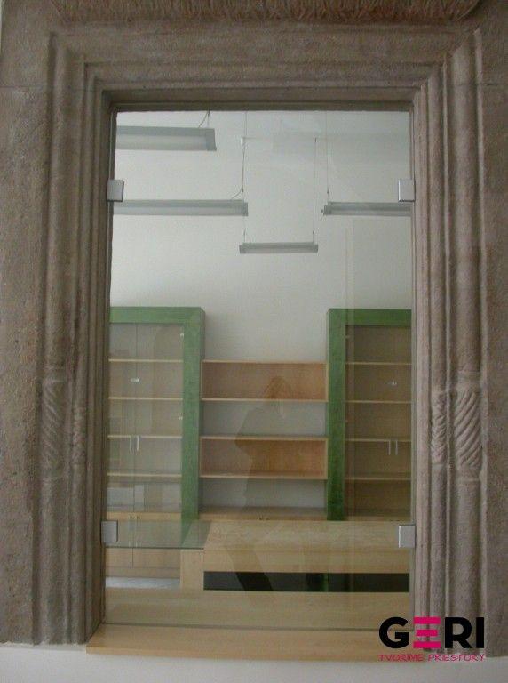 Pevná deliaca stena ktorá uzatvára otvor v historickej budove
