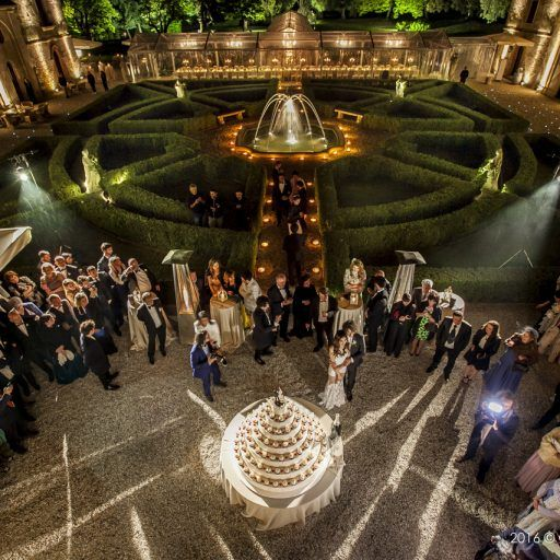A Verona, città dell'amore #weddingcake #dinner #location #flowers #elisabettacardani #elisabettacardaniflowers #italianstyle #verona #love #wedding