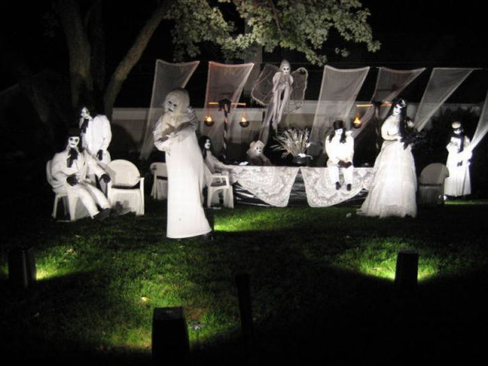 Lots of cool Halloween front yard display ideas - over 30 pics