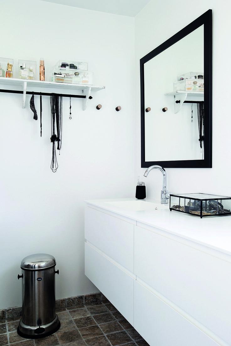 I stedet for et stort badeværelse har familien Juel prioriteret at få tre mindre badeværelser, så børn, voksne og gæster har hvert sit. De små badeværelser er gjort større ved hjælp af grebsfrie hvide elementer i et rent design, der er visuelt lette og ikke fylder.