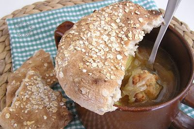 Polievka kapustová s mäsom pod chlebovou perinou