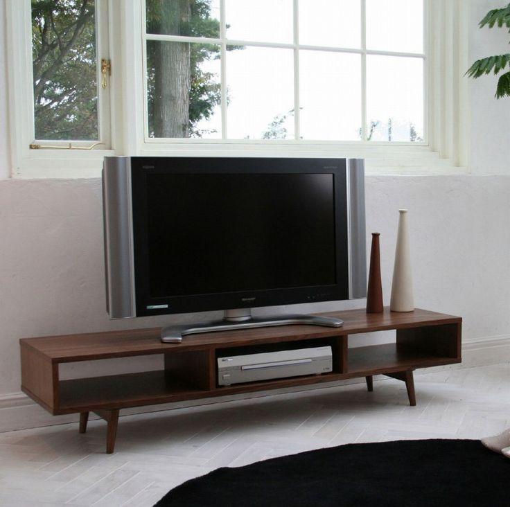 ウォールナットを使用したシンプルなデザインの収納箇所が3ヶのテレビボードです。
