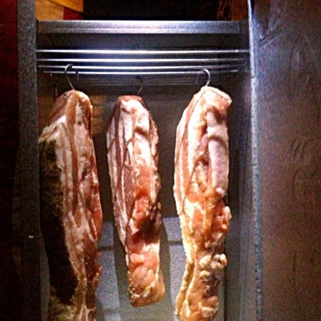 週末最後のお楽しみに手作りベーコン作ってます(。-艸-。)  2代目燻製缶でお初燻製!!  上手く出来るかな〜? - 150件のもぐもぐ - 手作りベーコン by chiesweethome
