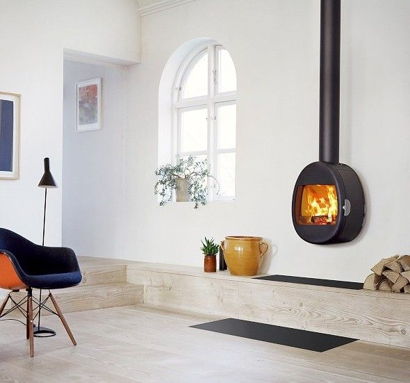 Scan 66-1 Wall. De Scan 66 onderscheidt zich door een innovatief ontwerp waarbij beleving en sfeer hoog in het vaandel staan. De Scan 66-1 Wall heeft een uniek ontwerp, wat zorgt voor een heuse eyecatcher in elk interieur. Door het gebruik van glas als houtblokvanger is er nog meer zicht op het houtvuur dan normaal gesproken van toepassing is. Daarnaast zijn ook de schuiven en handgrepen gemaakt van glas voor een eigentijds ontwerp. #Fireplace #Fireplaces #Interieur #Kachelplaats