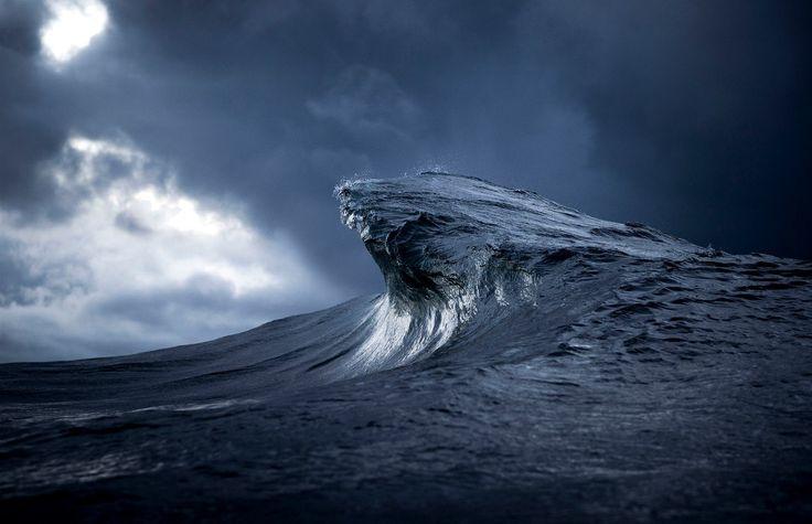 """""""Na většině fotografií moře vidíte, jak se vlny rozbíjejí a tříští. Já mám radši to napjaté očekávání než výsledek, takže se vědomě soustředím na vlnu před tím, než se zlomí,"""" uvedl fotograf pro australský deník Daily Mail."""