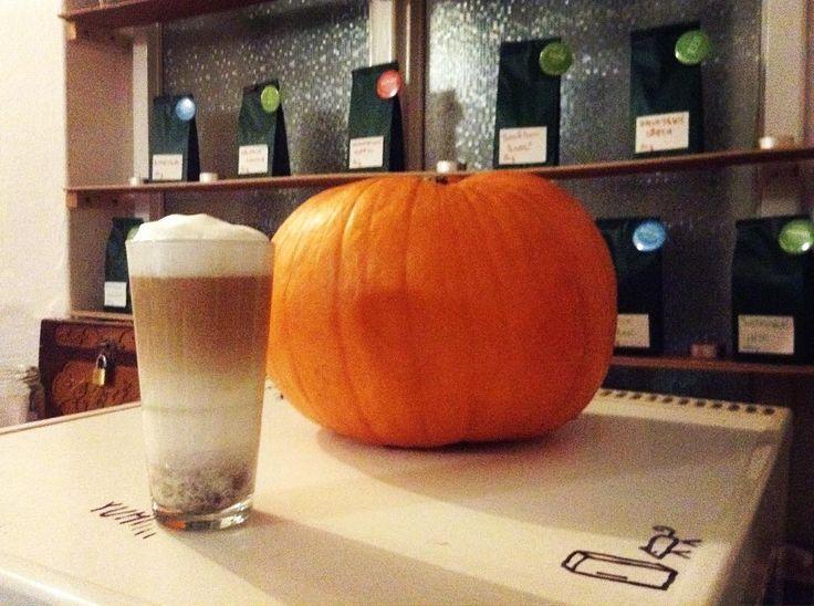 Dyňová sezóna je v plném proudu. Přijďte k nam ochutnat hit podzimu ve světě kávy. Výtečné Pumpkin spice latté!  #pumpkinspicelatte #pumpkin #starbucks #takovyjenunas