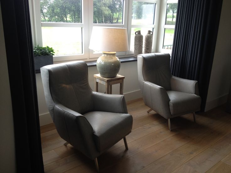 Leeshoek met mooie en stoere lederen Roskilde fauteuils, Light & Living zachtgroene kruiklamp met grote kap en Brynx kruiken. Perfecte keuze in landelijk moderne woning.