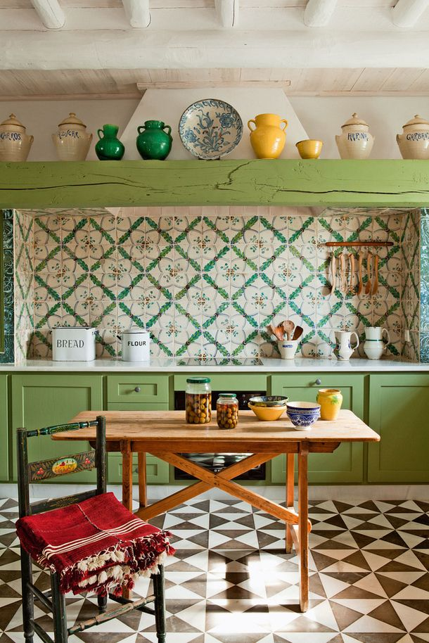 Gorgeous layering of patterns in the kitchen - especially the backslash and floor!