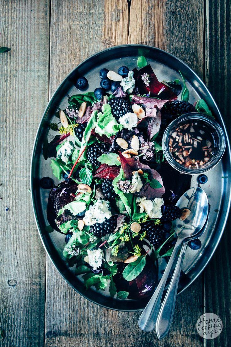 Een bijzondere rode bietensalade! Het zachte fruit past super mooi bij de bieten. De blauwaderkaas geeft een zoutige smaak en de verse kruiden maken het af!