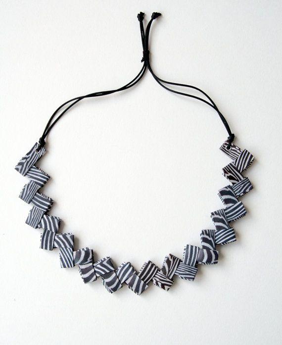 Collana di carta zebrata piegata con chiusura regolabile di Egeo, €25.00
