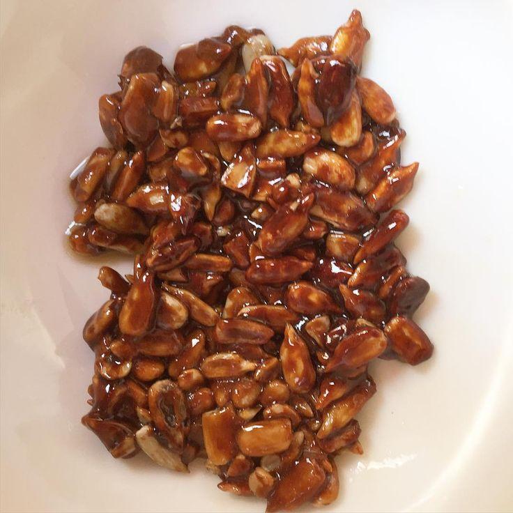 ✨Ideal para esos momentos en los que se nos antoja algo dulce Super fácil: en una sartén colocan 1cdta de aceite de coco (pueden reemplazar por la que usen), 1 cda de azúcar mascabo y 2 cdas de semillas de girasol. Revolver hasta que se funda todo, y listo!  Riquísimo!