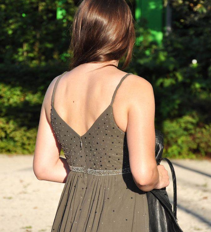 Gray and Black graues Kleid Second Hand Accessoires Lederweste Köchertasche Stiefeletten Modeblog Fairy Tale Gone Realistic Outfit