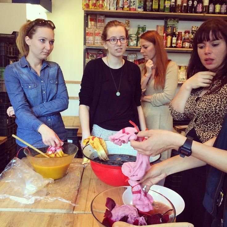 BOTANIKA - A természetes színek alkímiája #workshop https://www.facebook.com/events/1580697932150564/?ref=5 Konyhai alapanyagokkal, a sütés-főzés során keletkező szerves hulladékokkal - céklával, kurkumával, dióburokkal, hagymahéjjal - festettünk természetes összetételű textileket a Lumen Zöldségben. A festő-főző program résztvevői betekintést nyerhettek a festőnövények világába, készíthetnek színmintákat és megfesthettek egy konyharuhát is, amit a workshop után mindenki hazavihetett…