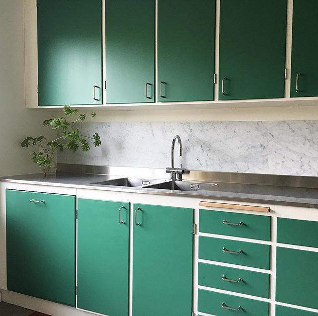 funkiskokGrönt är skönt! På bilden syns en tidigare beställning. Kunden valde smaragdgröna lådor och luckor tillsammans med carrara marmor 👌🏻 #funkiskök #massivaträkök #köksinspiration #köksinspo #kök #retro #retrokök #retrokitchen #byggnadsvård #hållbarhet #kvalitet #madeinsweden