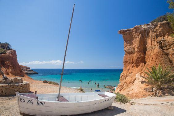 Sa Caleta is een van onze favoriete plekjes op het eiland Ibiza. Het prachtige strandje is heerlijk gelegen tussen de rode kliffen.