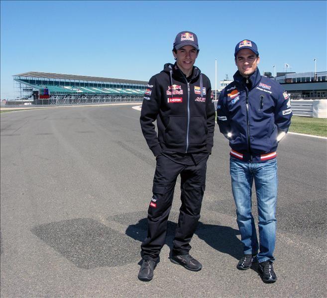 https://flic.kr/p/8bi3yB | Dani Pedrosa y Marc Márquez, en Silverstone | Dani Pedrosa, piloto Repsol de MotoGP, y Marc Márquez, piloto Repsol de 125cc, en la pista del renovado Silverstone, sede del Gran Premio de Gran Bretaña.