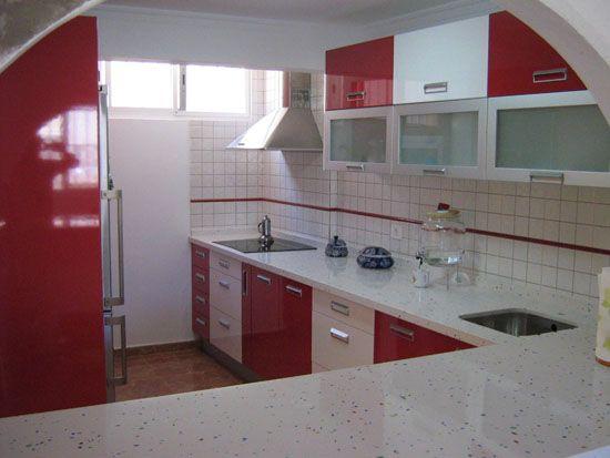 moderna cocina roja y blanca