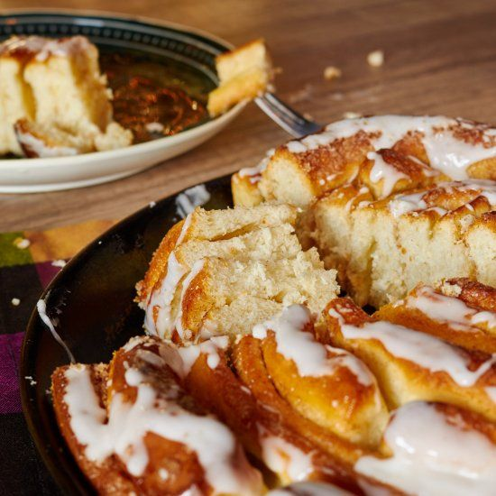 The giant cinnamon bun is perfect for all lovers of the small version. It makes the afternoon and the coffee table a bit different.
