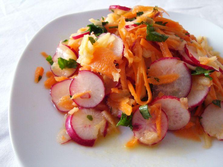Salada de rabanete, cenoura, maçã   rabanete fatiado, cenoura e maçã raladas, salsinha picada, azeite, mostarda dijon, sal #salada