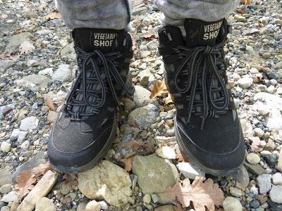 Evelina del team di Stiletico calza Approach Mid Hiking Boots by Vegetarian Shoes.