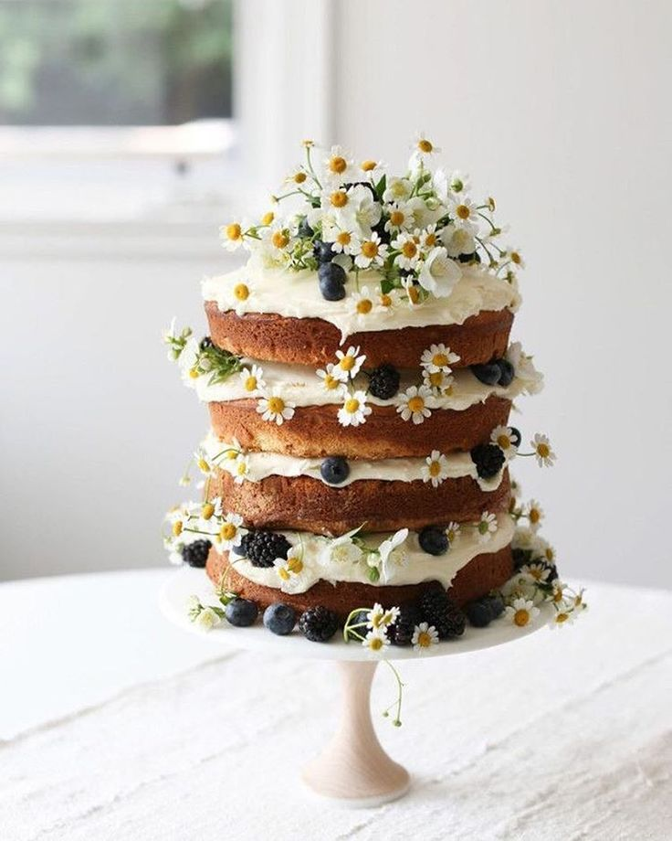 Simple cake with daisies and a lot of layers!