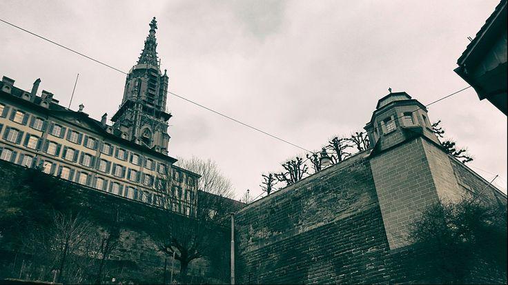 Bern Münster und seitliche Ansicht der Münsterplattform. aufgenommen aus der Badgasse