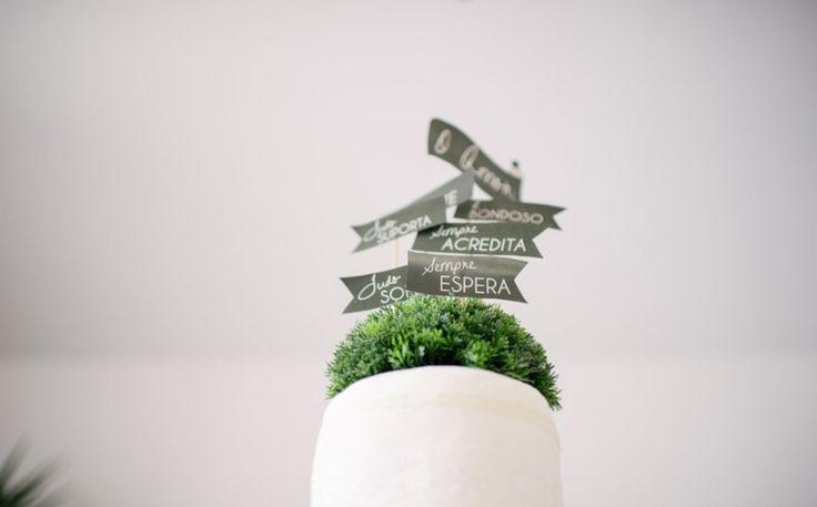 Ideias criativas para casamento: topo de bolo com trechos de I Coríntios 13  - Foto The Kreulichs