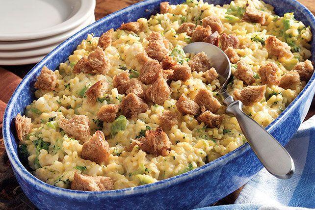 Broccoli Rice Casserole Recept recept Bijgerechten met chopped onion, butter, cooked rice, condensed cream of mushroom soup, frozen chopped broccoli, Cheez Whiz Cheese Dip, cubed bread