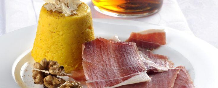 L'AFFUMICATO E FLAN DI ZUCCA Il salmone affumicato è un ingrediente versatile, perfetto in accoppiata ai gustosi flan di zucca proposti da S...