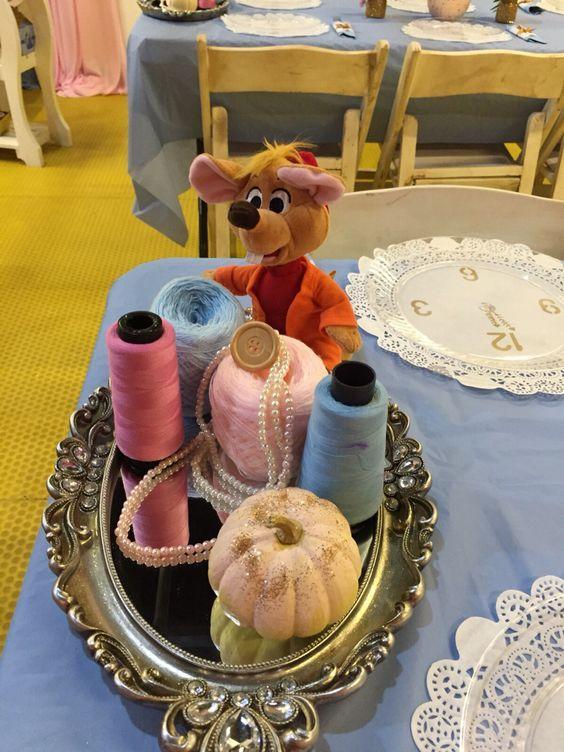 3.- Los centros de mesa o arreglos,unoen cada mesao varios en la mesa de dulces, se van a ver muy lindos, con bolas normales de estambre o conos de hilo, más un peluche de ratón, puedes tener un gran arreglo como este: (¿No está divino?)